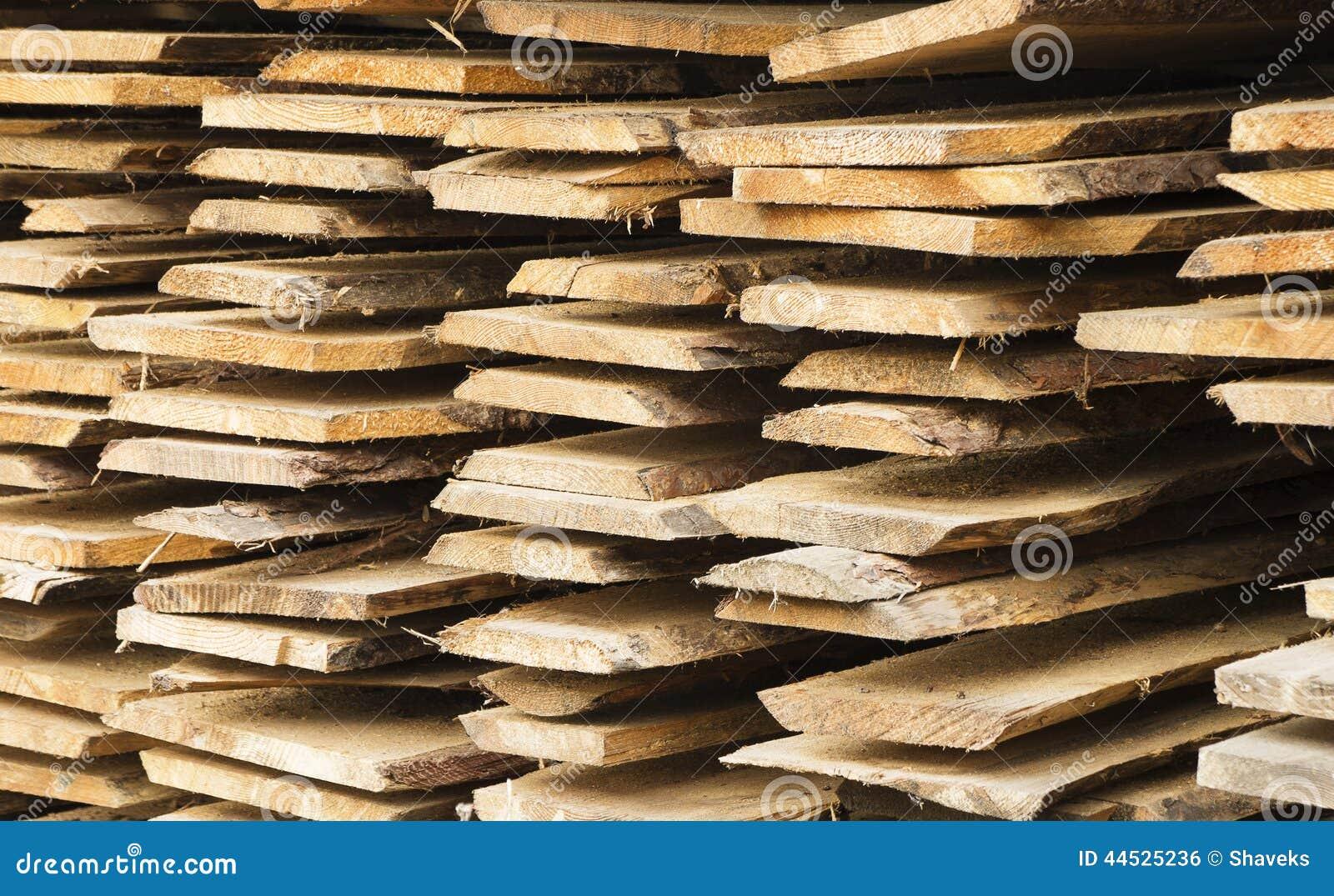 planche en bois rugueuse dans le tas photo stock image. Black Bedroom Furniture Sets. Home Design Ideas