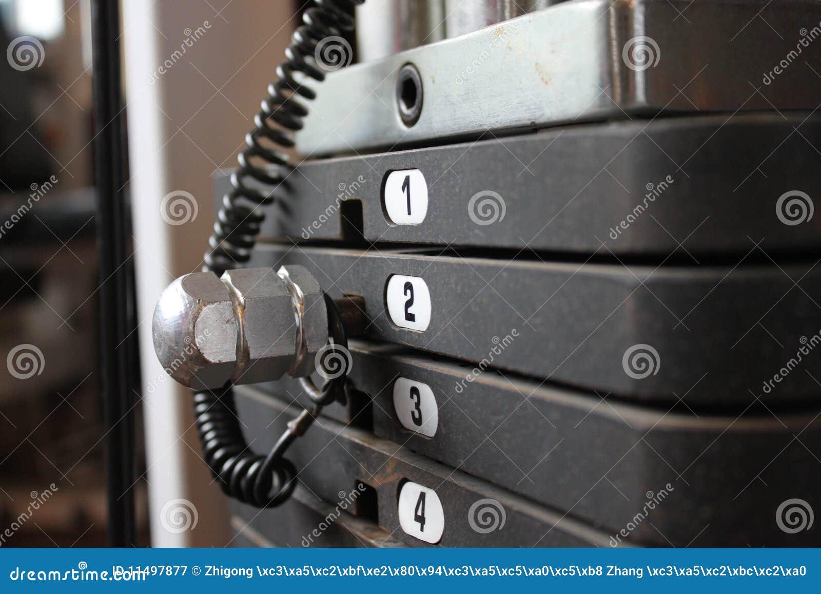 Planche los pesos en la máquina del ejercicio, compos horizontales