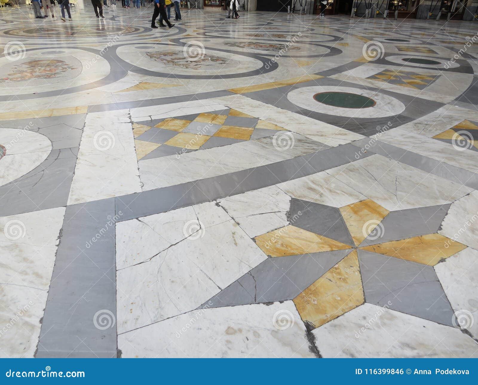 Plancher de marbre d Umberto I de puits Naples, Italie