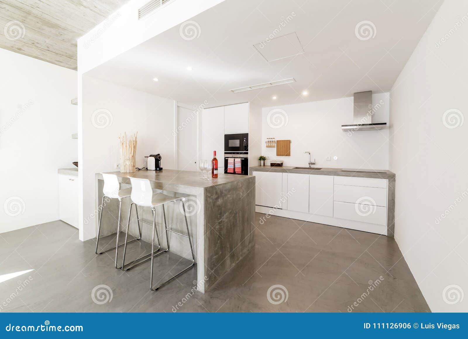 Cuisine Moderne Avec Le Plancher De Tuiles Gris Et Le Mur Blanc
