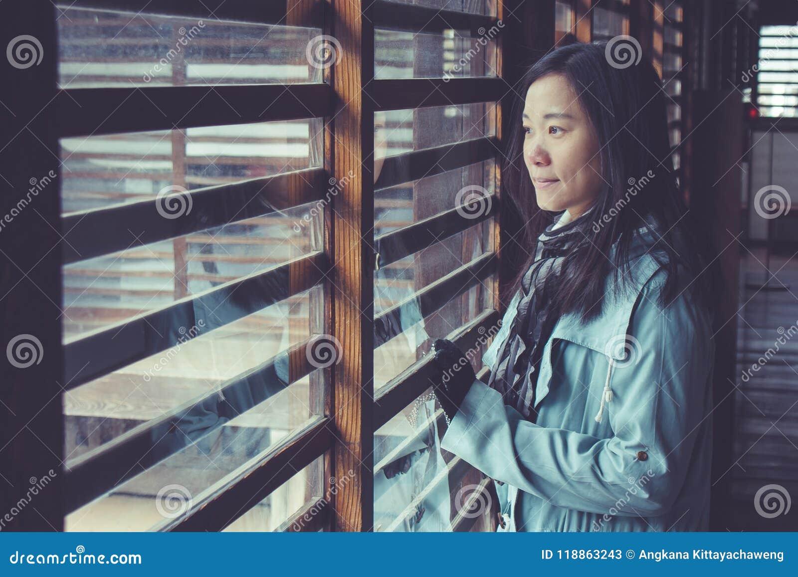 Plancher en bois d ion debout asiatique de femme dans le château japonais et regard à l extérieur