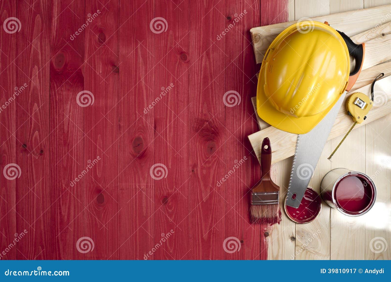 Plancher en bois rouge avec une brosse une peinture des outils et un casque photo stock for Peinture plancher en bois