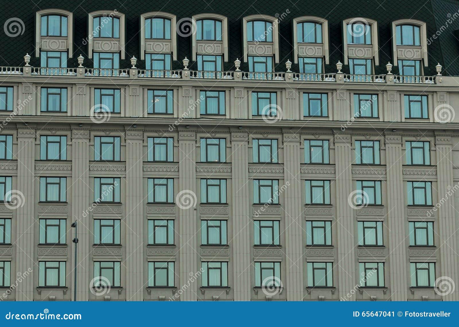 Planchers de la maison avec des fenêtres