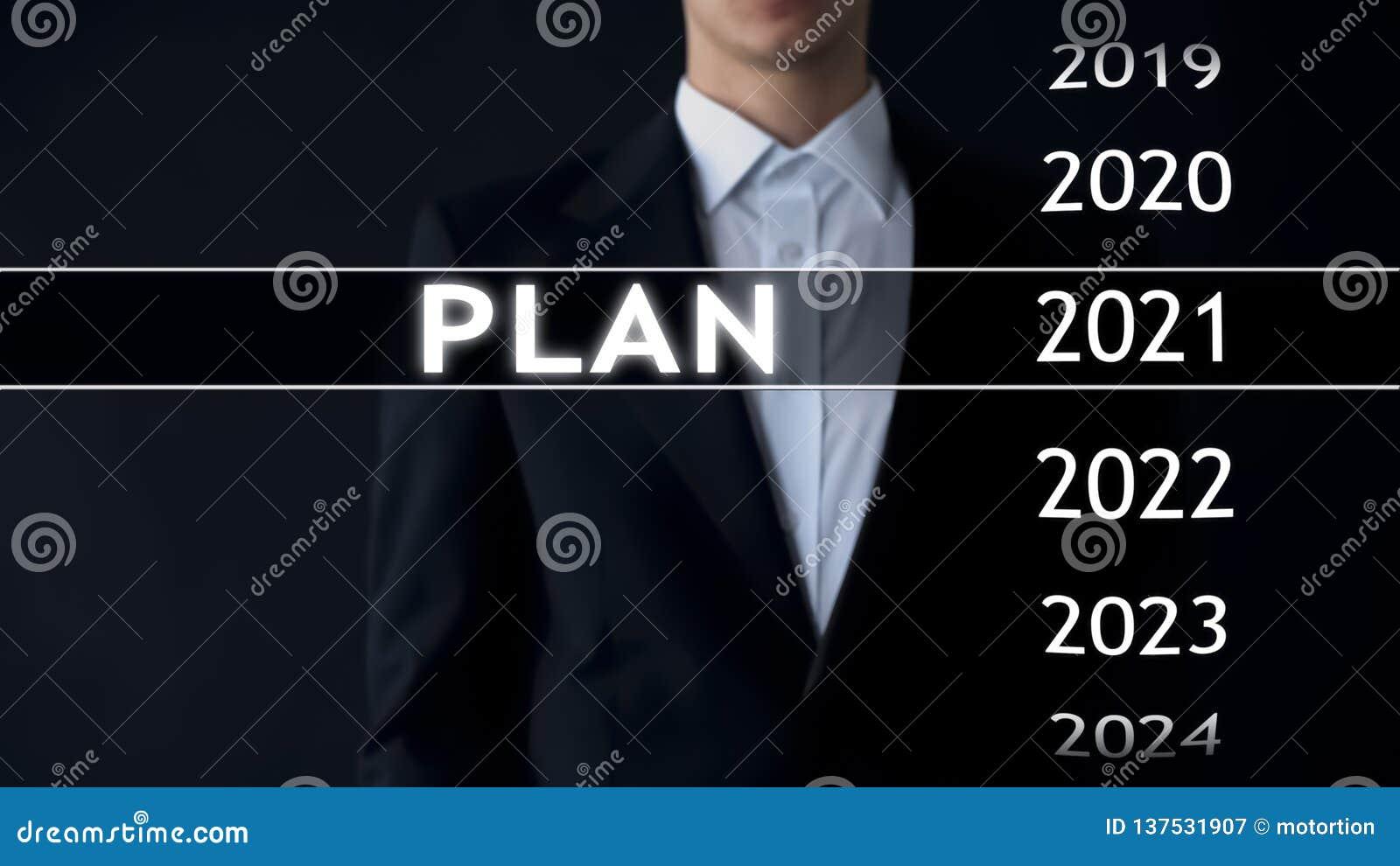 Planeie para 2021, homem de negócios escolhe o arquivo na tela virtual, estratégia startup