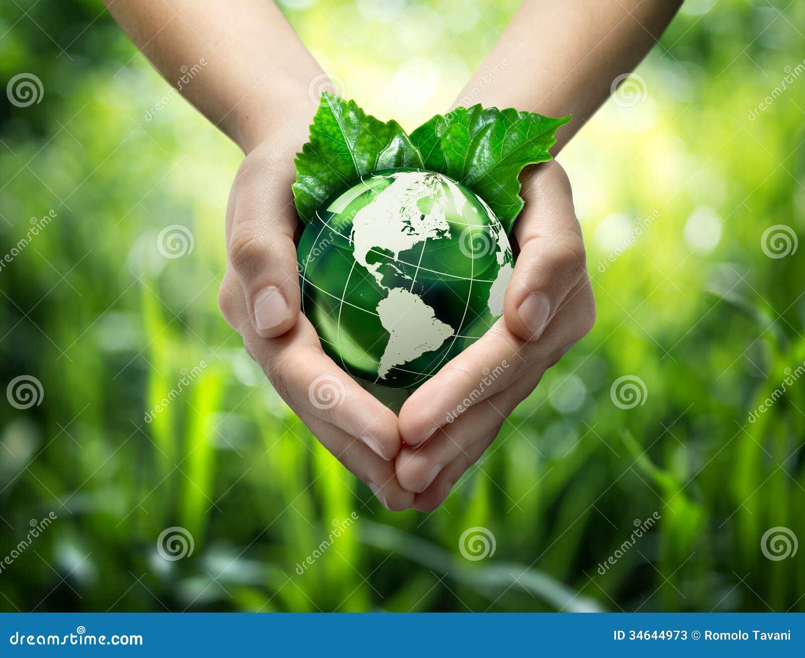 Planeta verde en sus manos del corazón - los E.E.U.U.