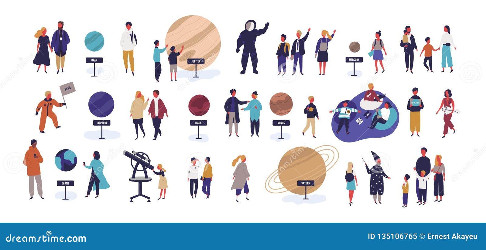 Planetario di visita della gente minuscola, esaminando i corpi celesti o gli oggetti dello spazio, pianeti del sistema solare int