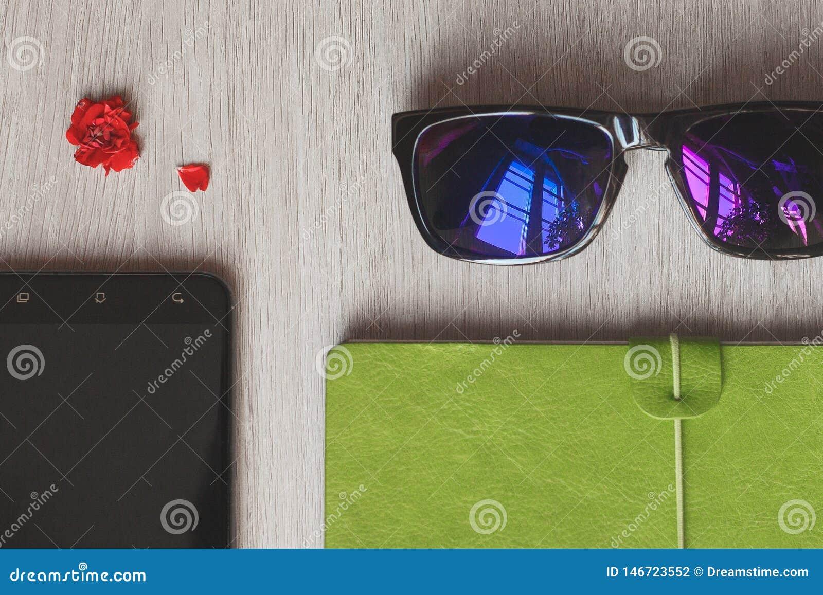 Planificateur de carnet, téléphone portable et sac à main rose de travailleuse active de mode de vie pour des affaires au bureau