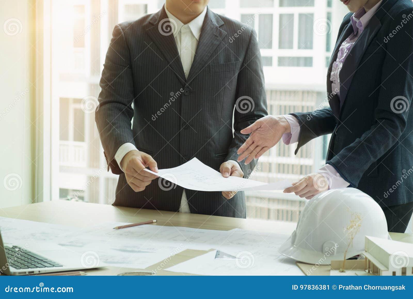 Planification d équipe de dessinateur d intérieurs avec la maison de construction