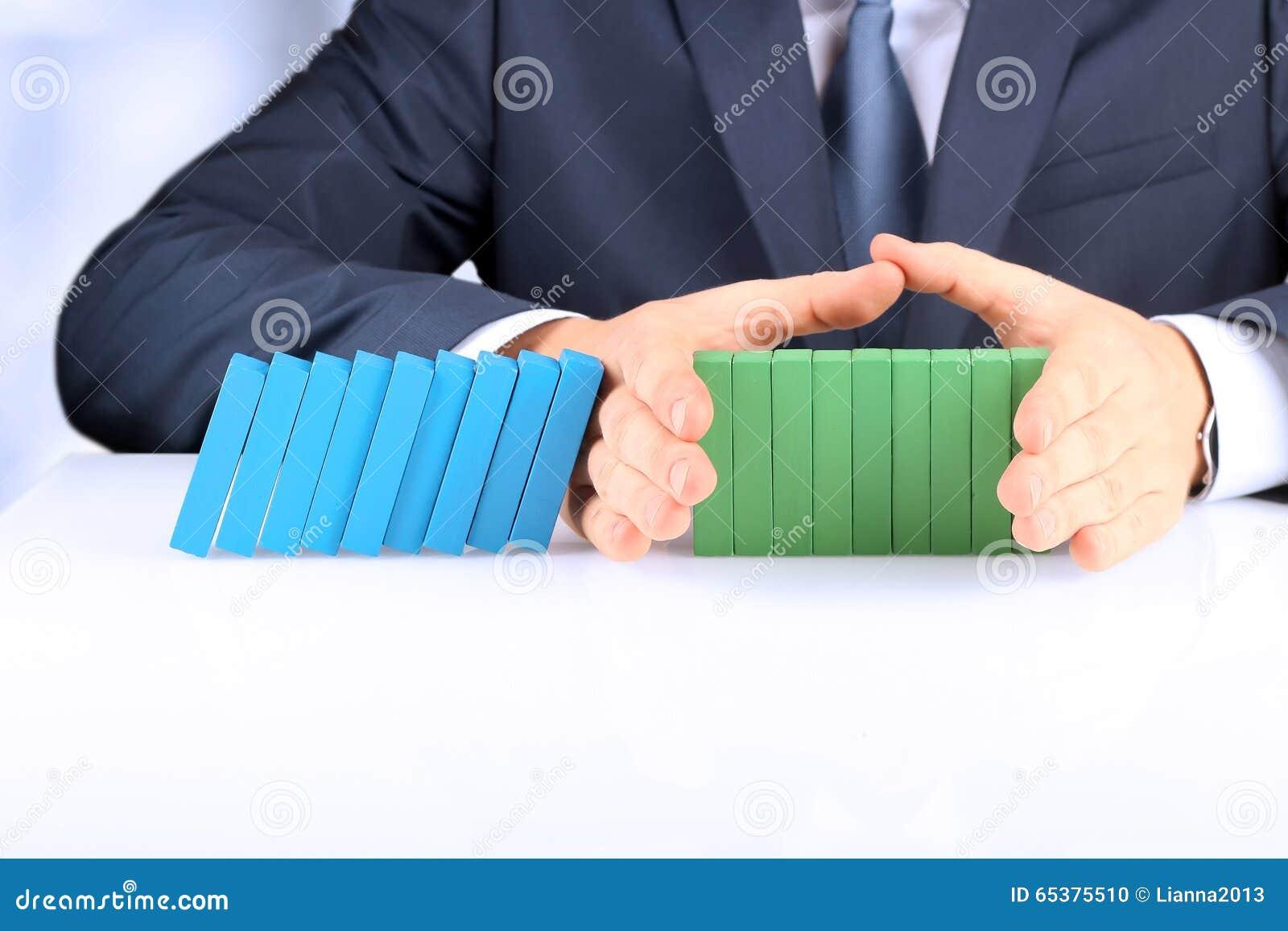 Planification, risque et stratégie dans les affaires, homme d affaires tenant les blocs en bois Homme d affaires Stopping The Eff