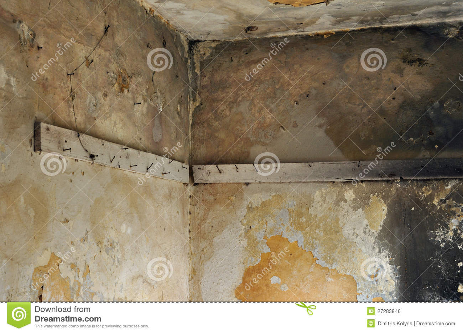 Plankor med rostigt spikar i övergiven interior