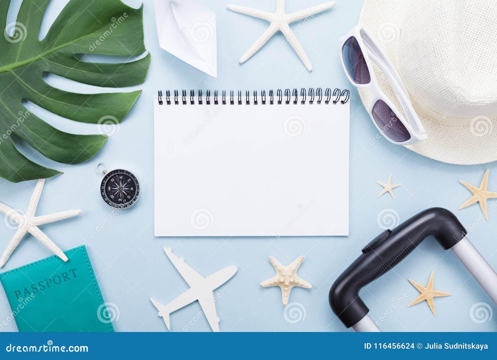 Planläggningssommarferier, semestrar och tur Handelsresandeanteckningsbok med turismtillbehör på blå bästa sikt för tabell Lekman