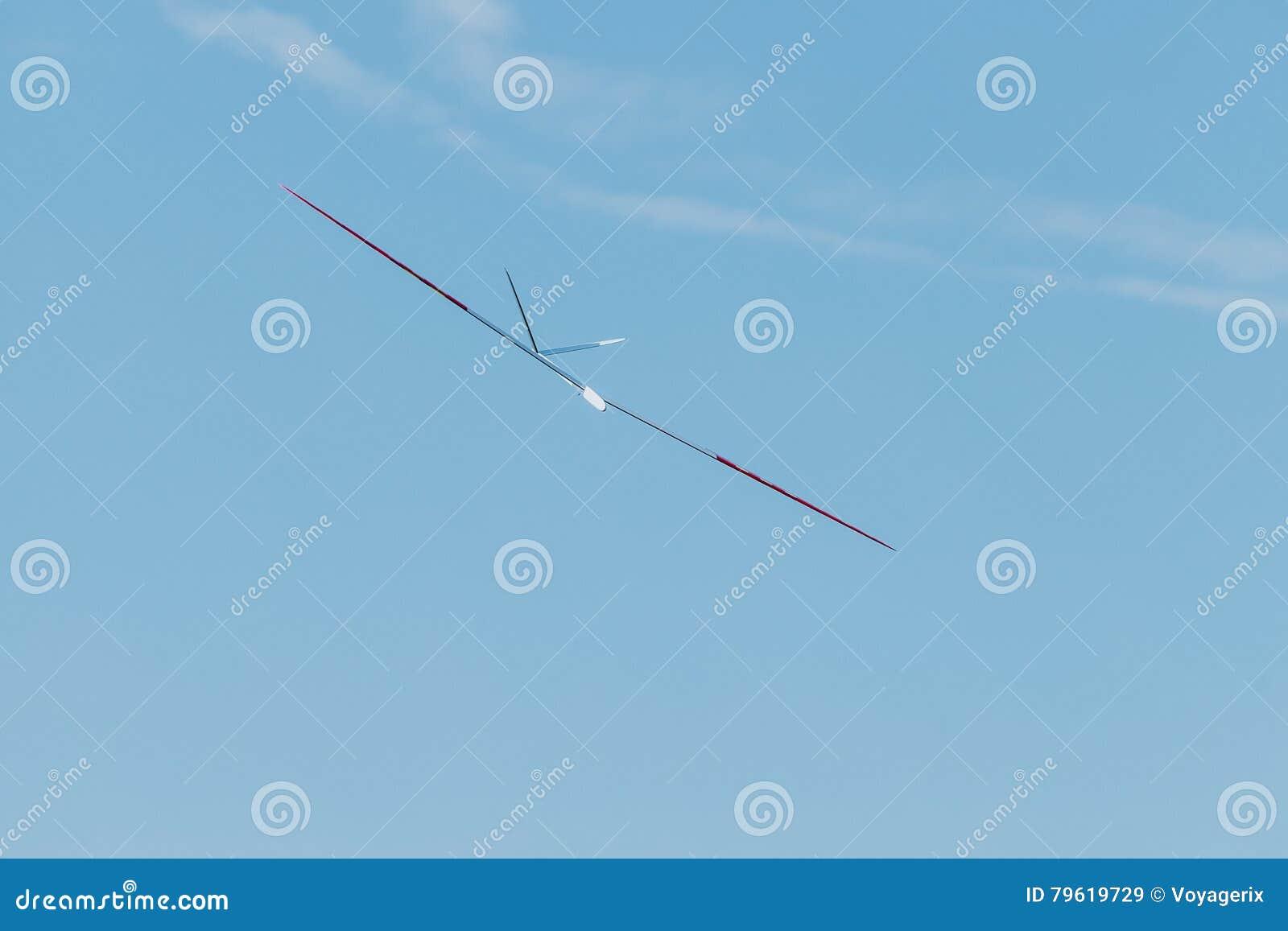 Plano crescente de RC no céu azul