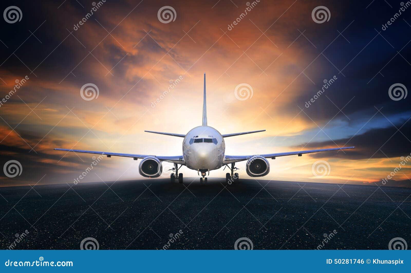 Plano de ar que prepara-se para decolar no uso das pistas de decolagem do aeroporto para o ar t