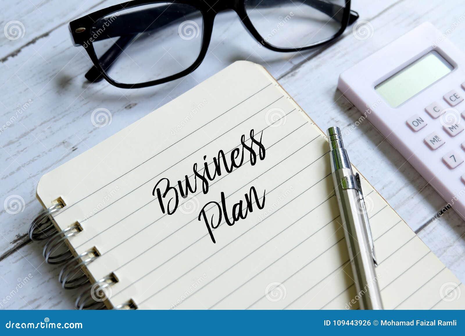Plano de negócios redigido em um caderno