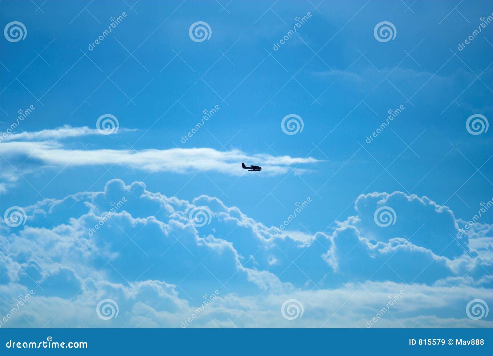 Plano e nuvens