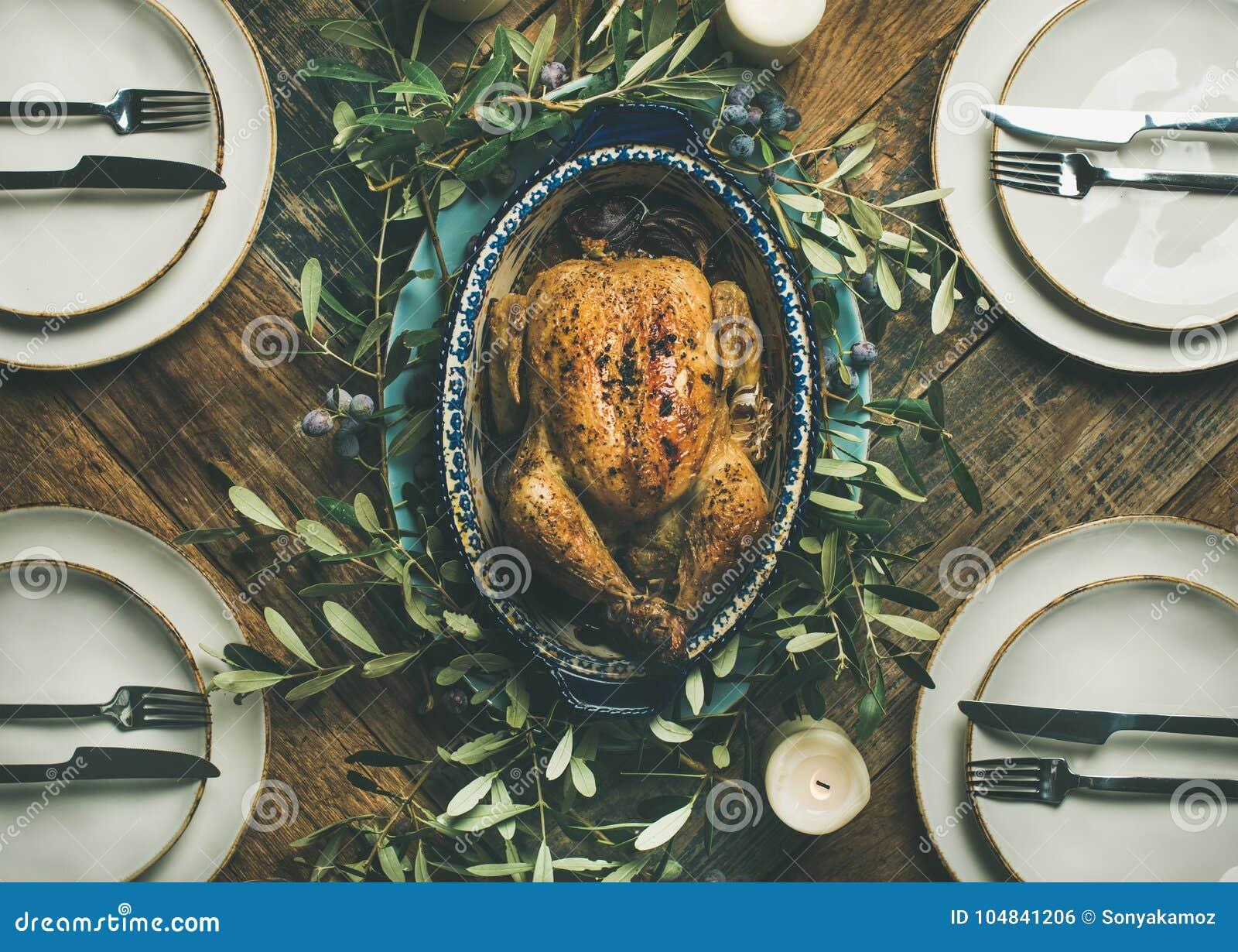 Plano-endecha del pollo asado entero para la celebración de la Navidad, visión superior