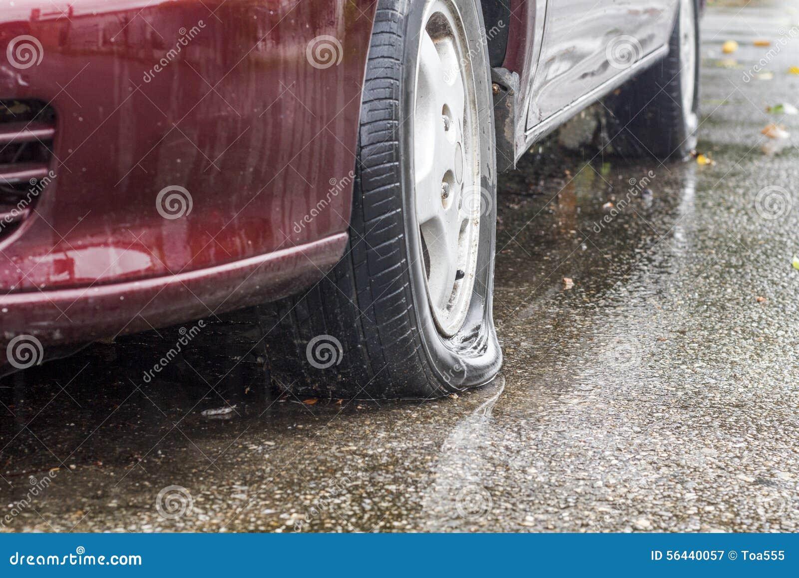 Plant gummihjul för bil i regnig dag