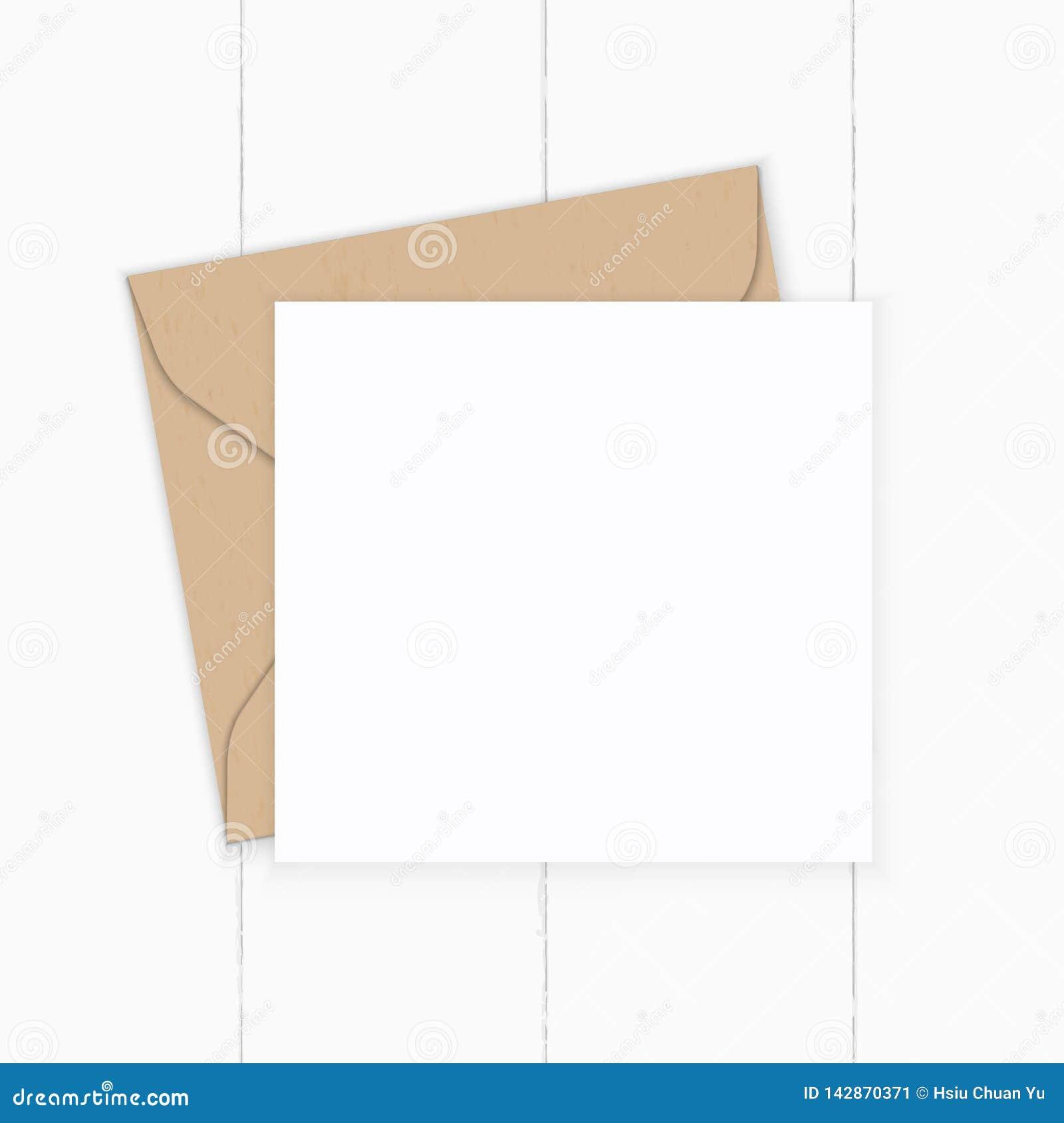 Plant lekmanna- för sammansättningsbokstav för bästa sikt elegant vitt för kraft kuvert papper på träbakgrund