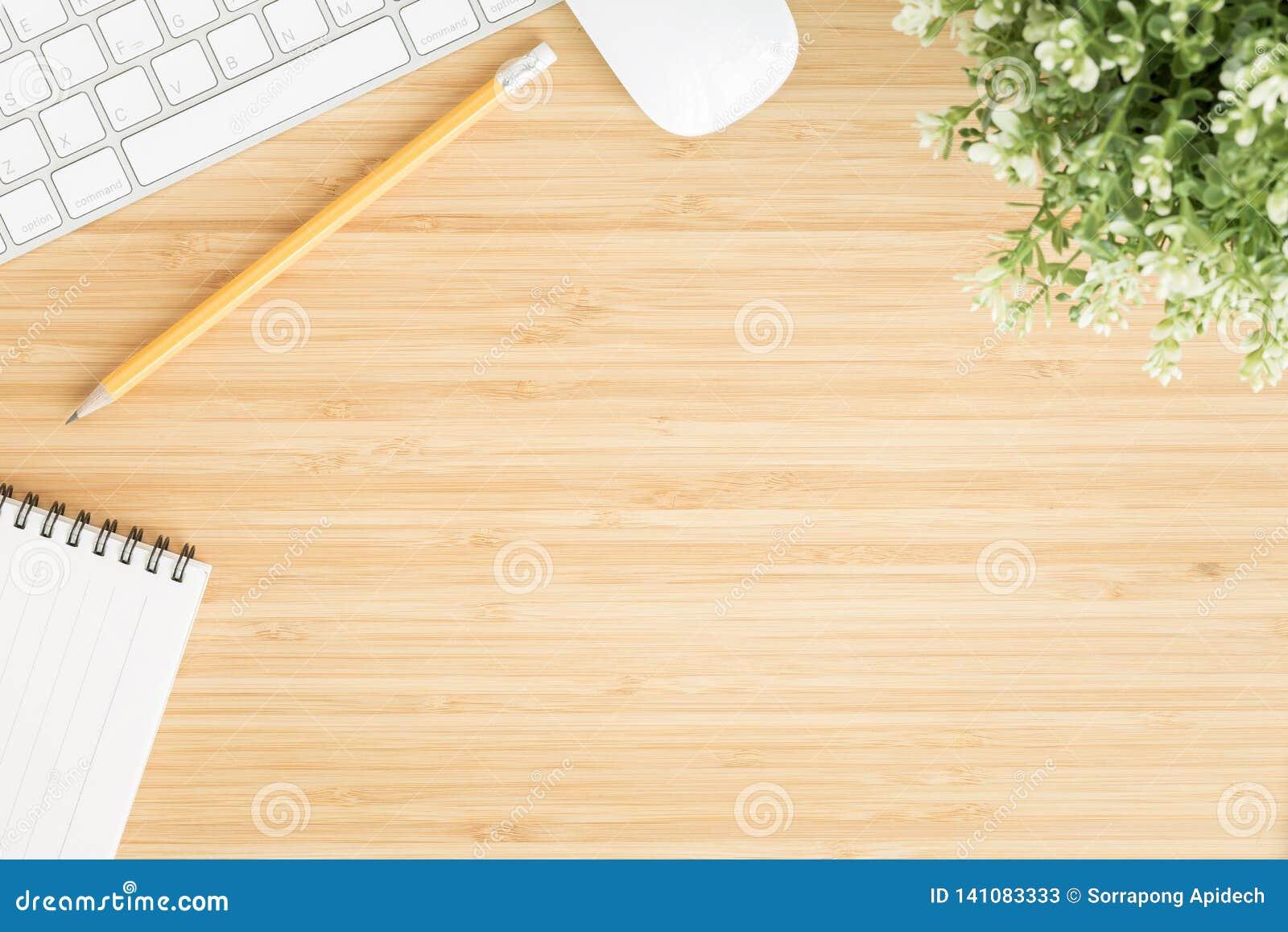 Plant lekmanna- foto av kontorsskrivbordet med musen och tangentbordet, workpace för bästa sikt på bambuträtabellen och kopiering