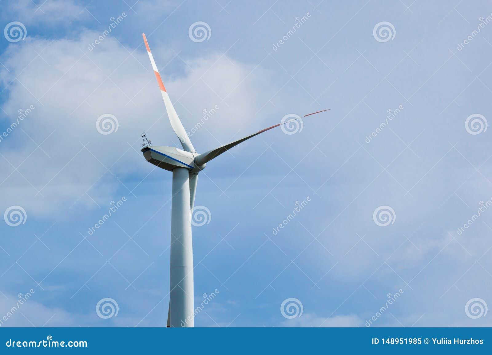 Planta de energias e?licas no fundo do c?u nebuloso brilhante close-up do gerador de vento eletricidade verde, energia alternativ