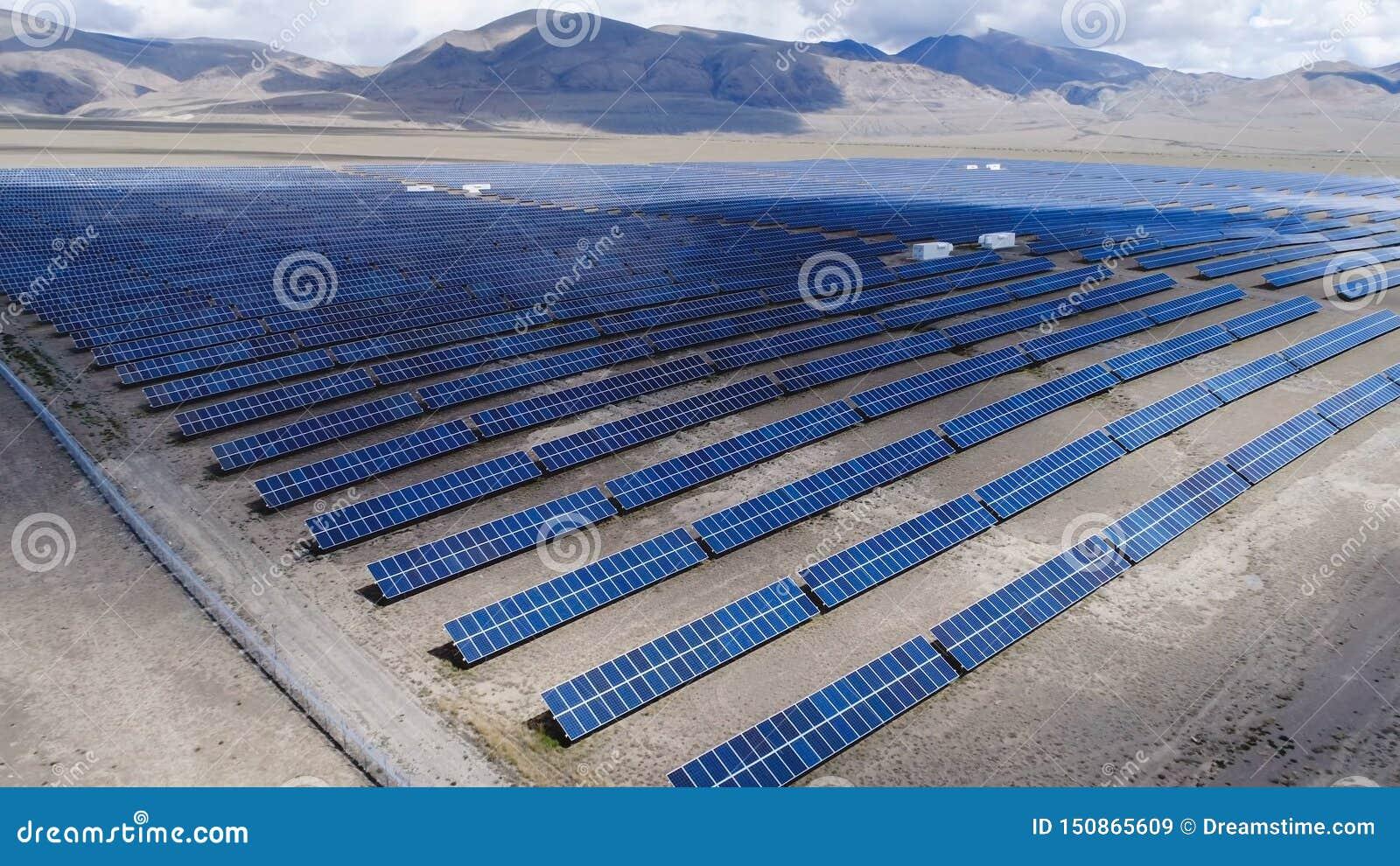 Planta de energias solares em um vale perto das montanhas