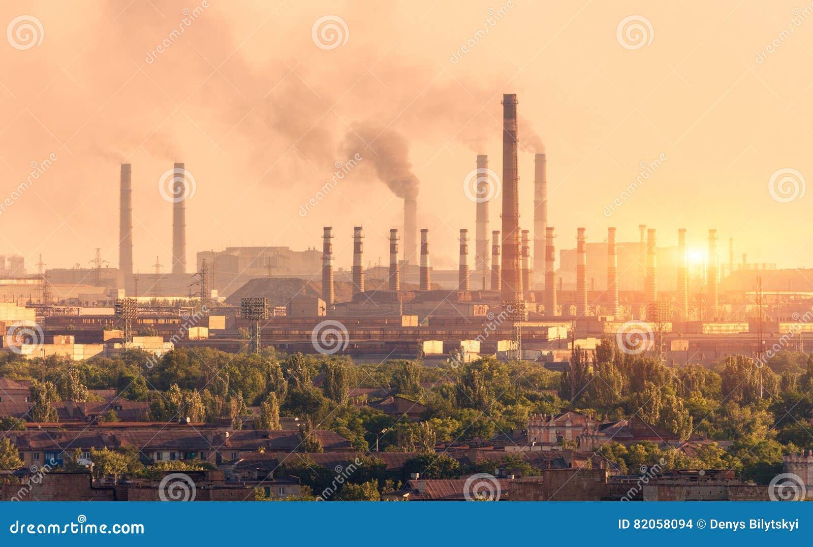Planta de la metalurgia en la puesta del sol Acería Fábrica de la industria pesada