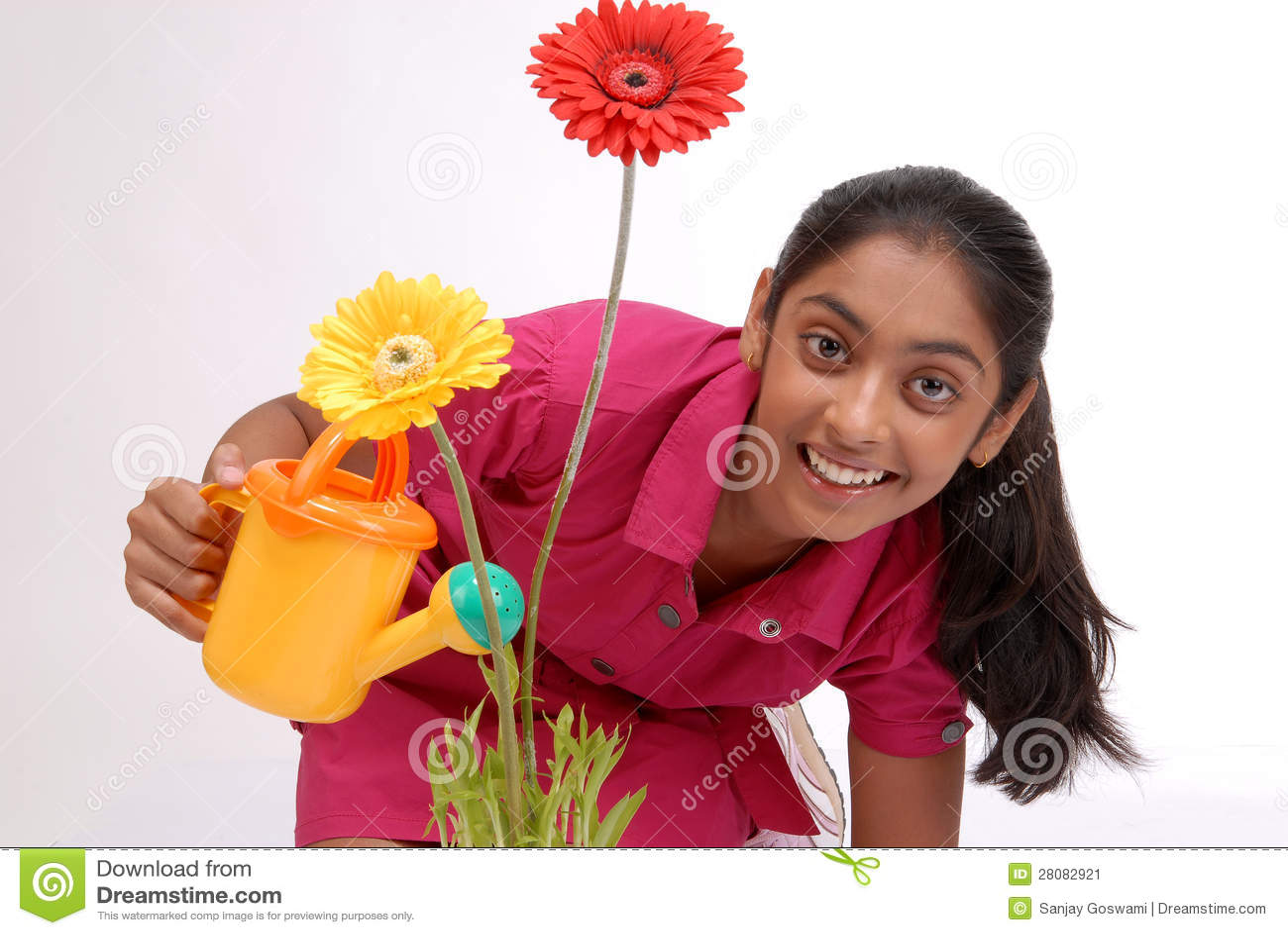 Planta molhando da rapariga