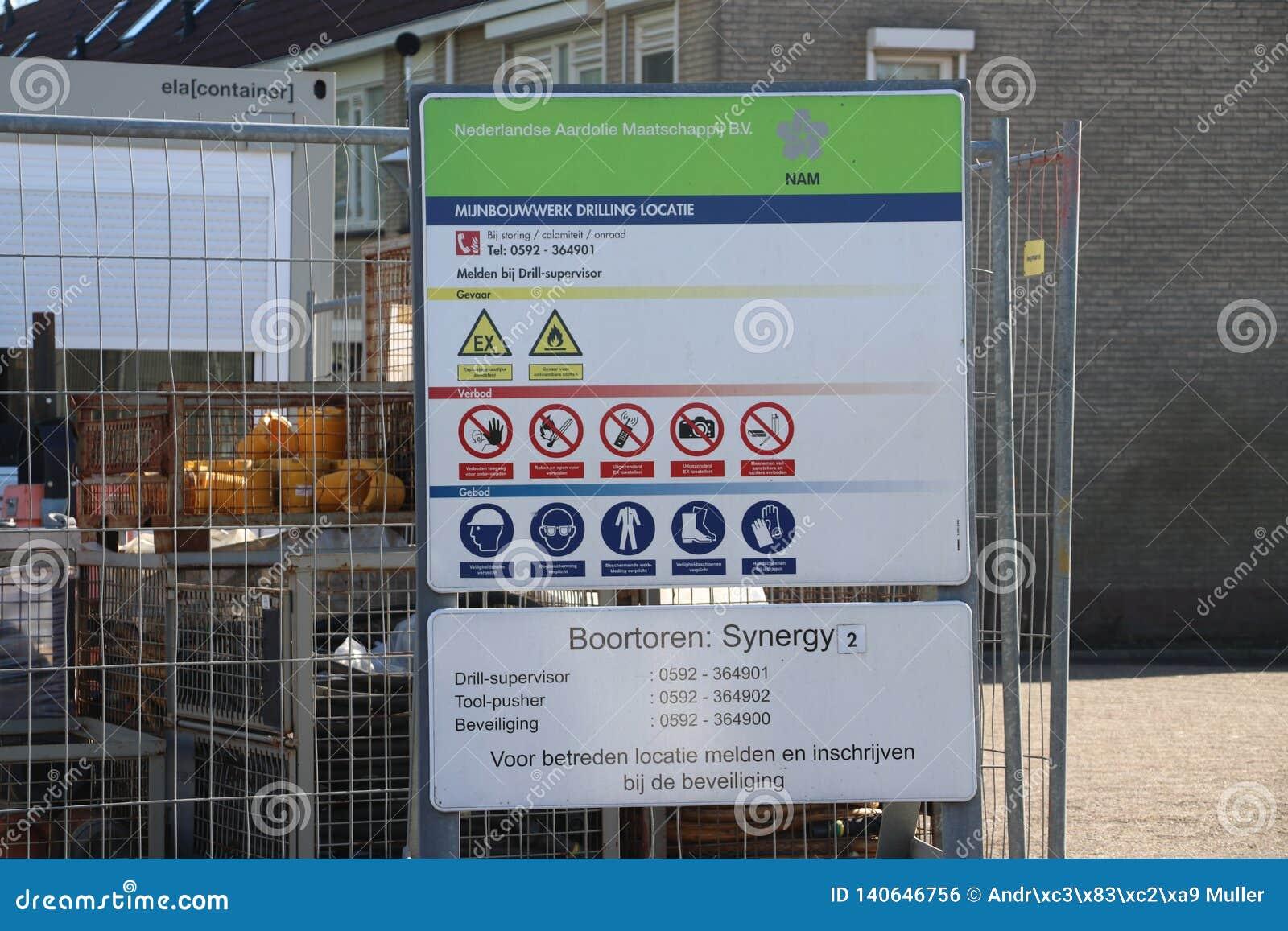 Planta temporal en la ciudad del monstruo en donde el viejo yacimiento de gas natural abandonado se cierra permanentemente para e