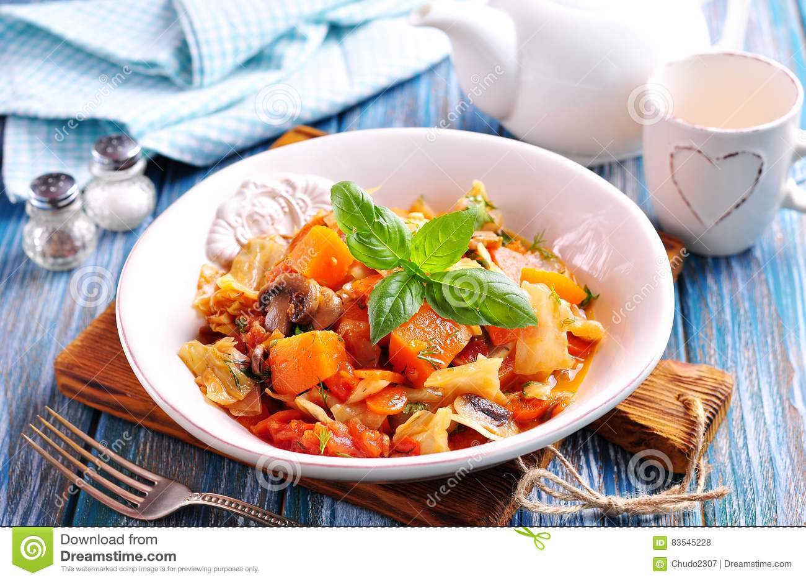 Plantaardige hutspot met aardappels, kool, wortelen, paddestoelen en uien