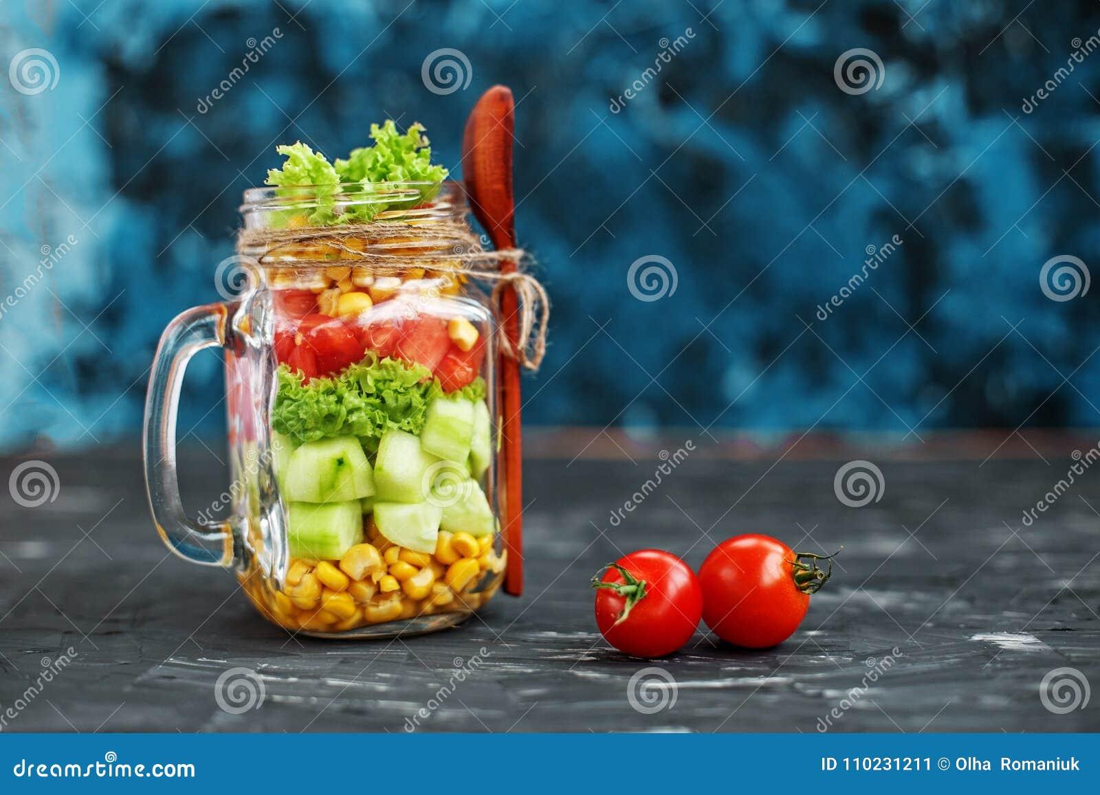 Plantaardige salade in een glaskruik Lepel en kersentomaten Healt