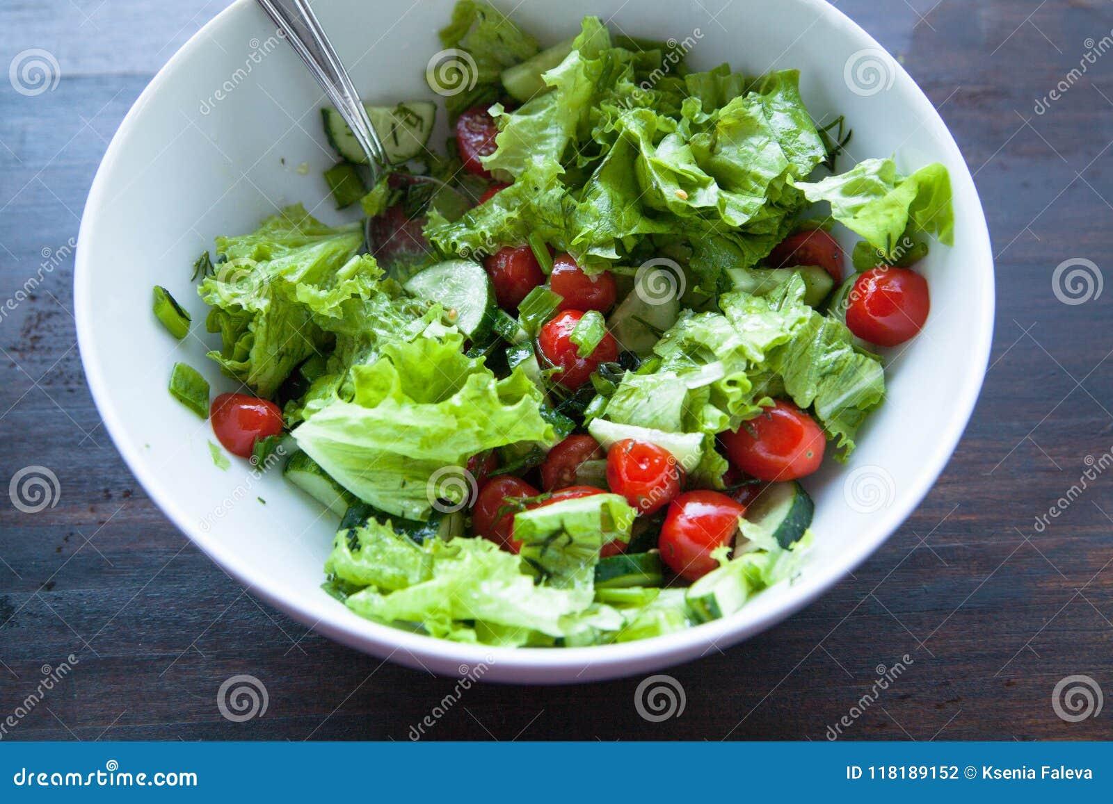 Plantaardige salade Salade, kersentomaten, komkommers met olijfolie