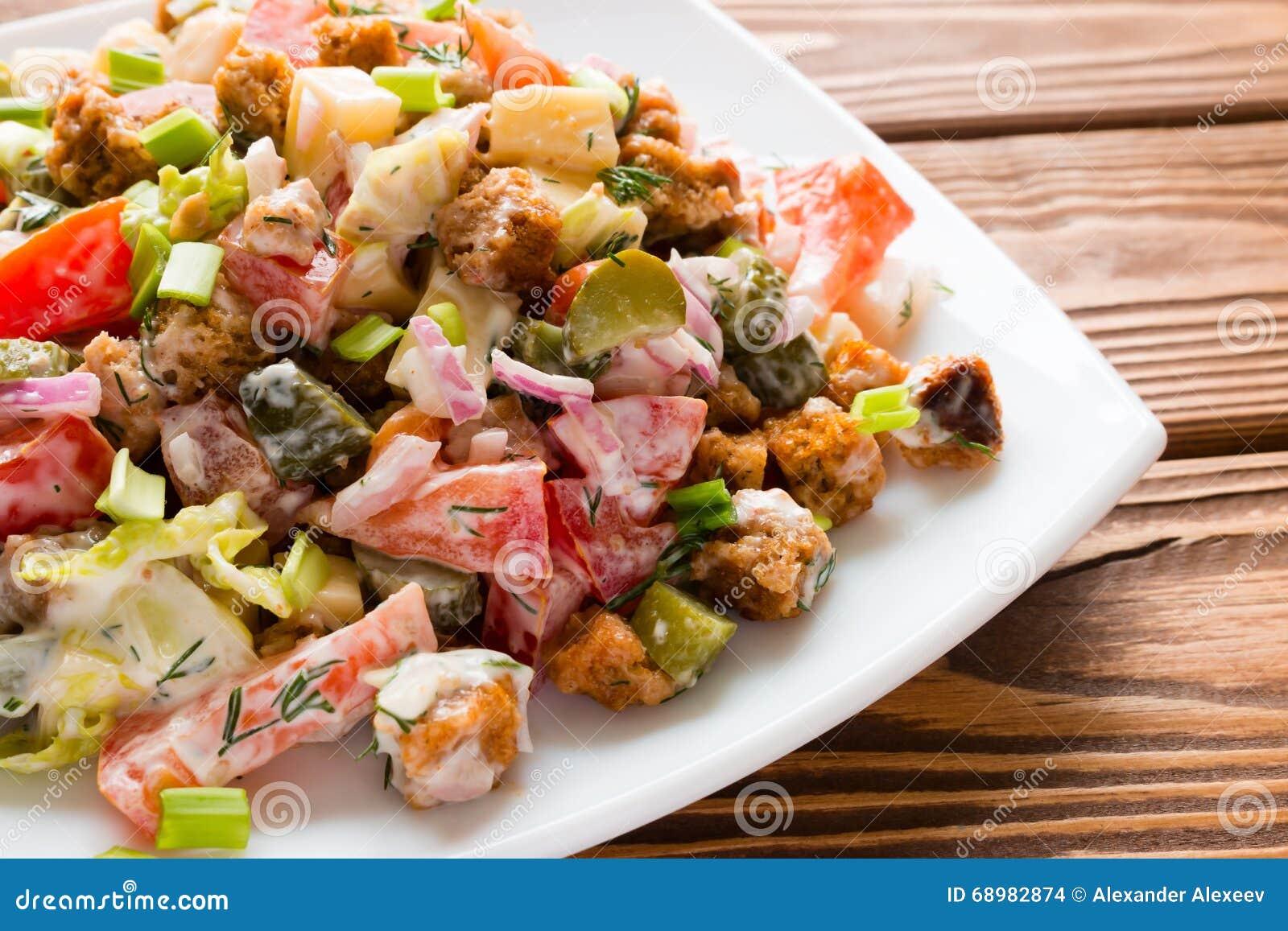 Plantaardige salade met mayonaise in witte plaat