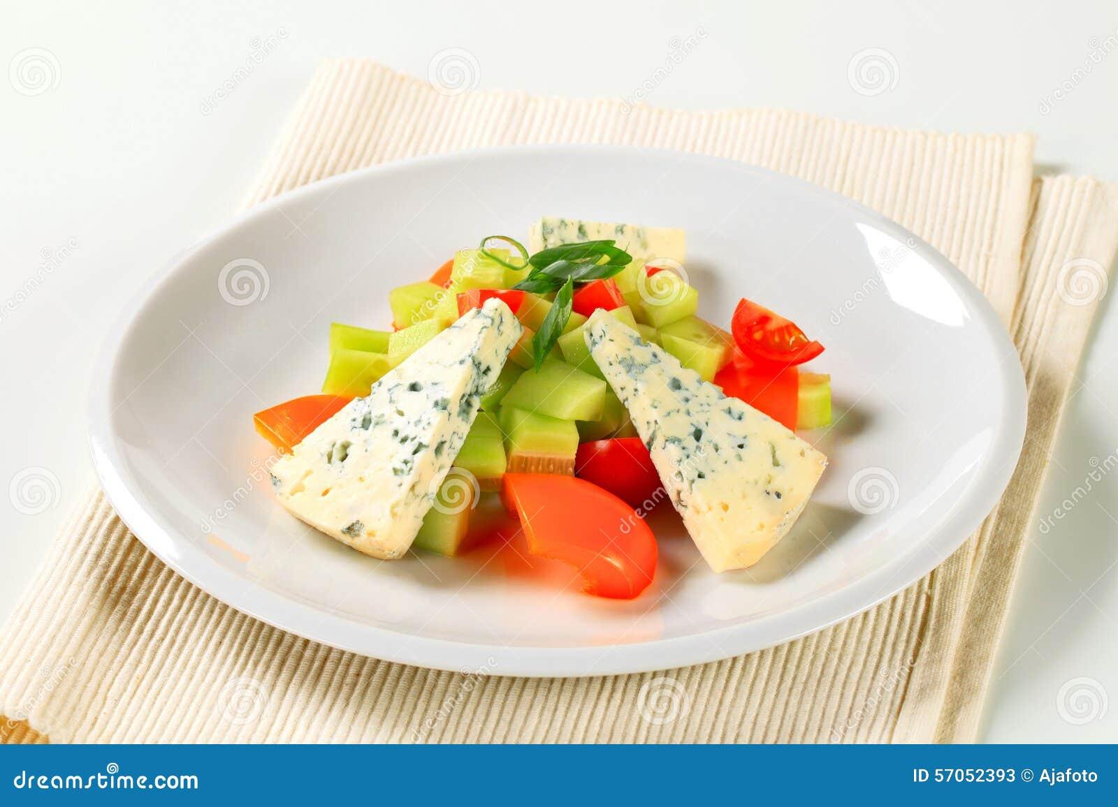 Plantaardige salade met schimmelkaas