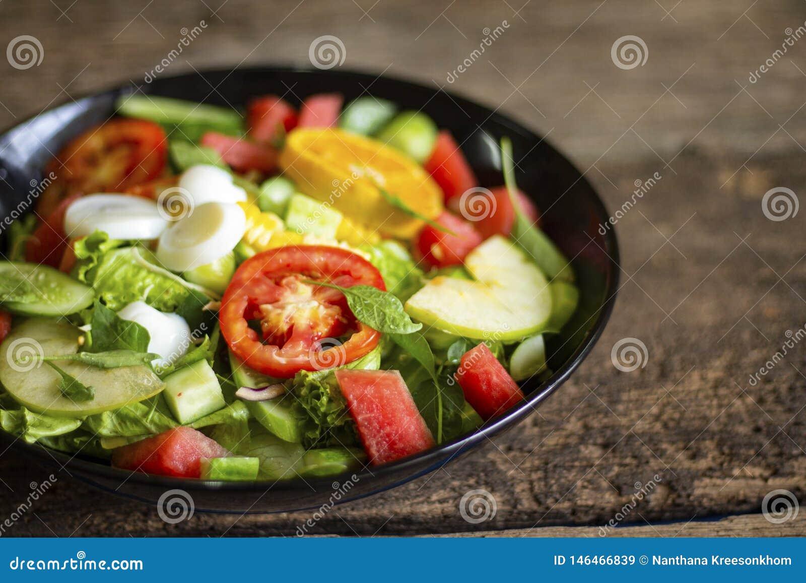 Plantaardige salade op een zwart van het het verliesconcept van het plaatgewicht Gezond voedsel