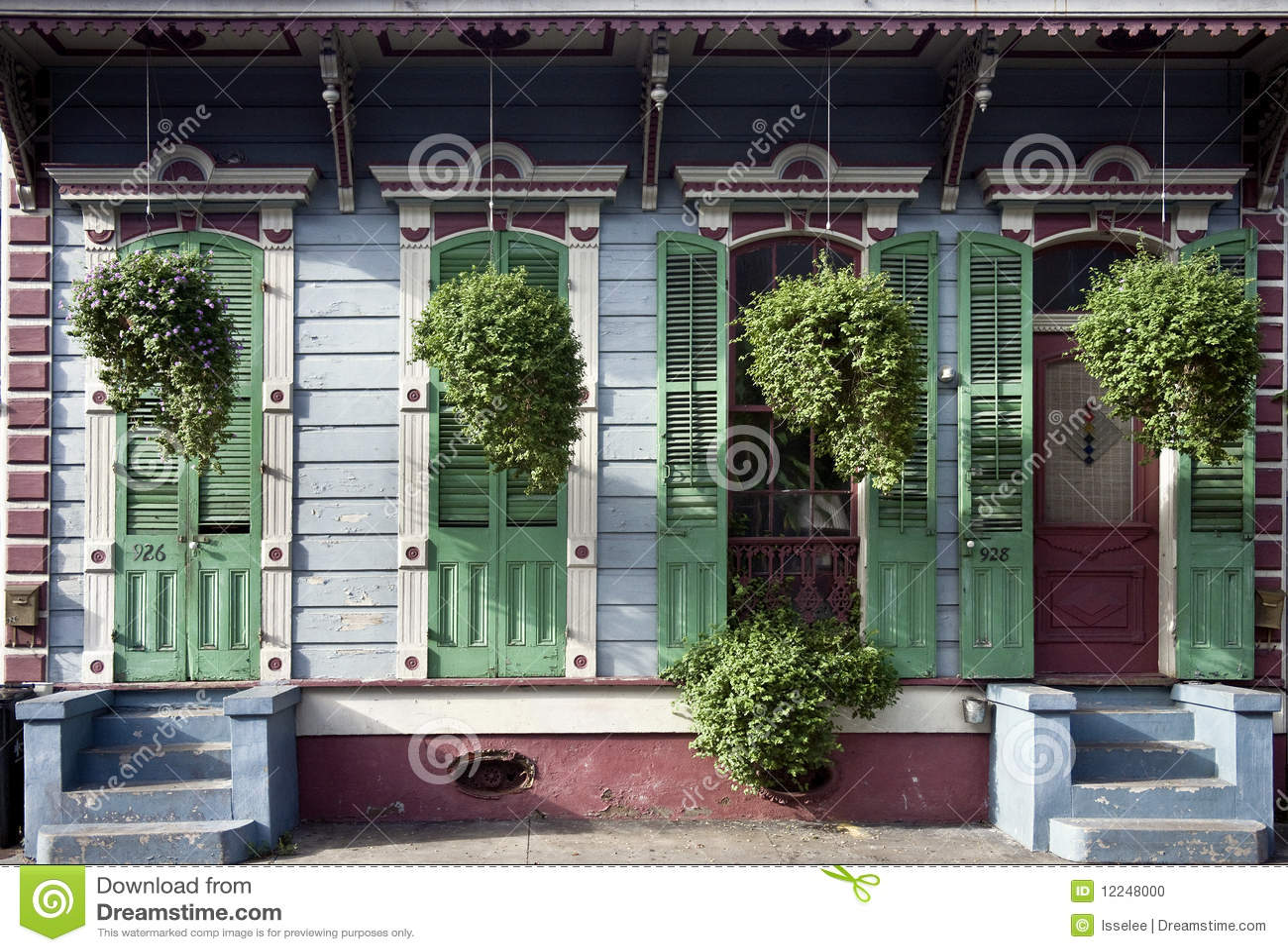Plantas colgantes delante de la casa en New Orleans
