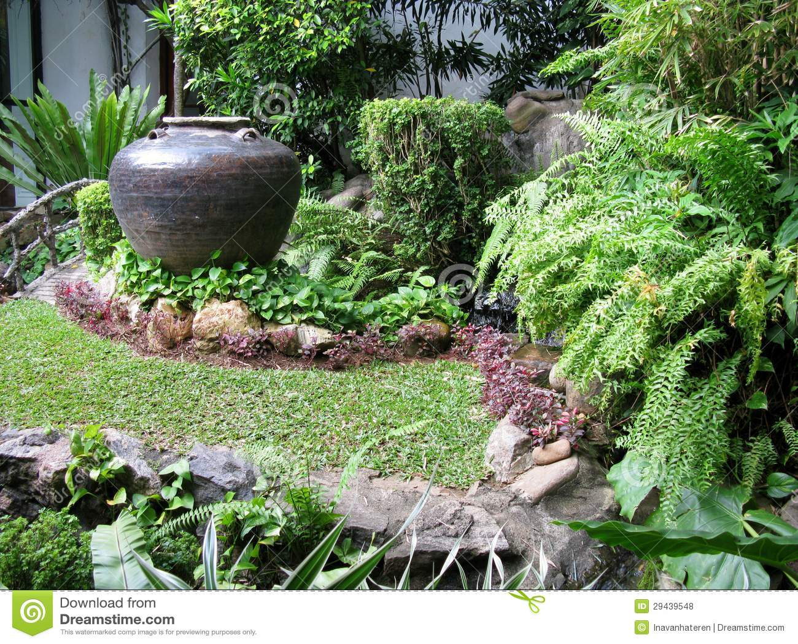 plantas para um jardim tropicalUm jardim tropical com um vaso