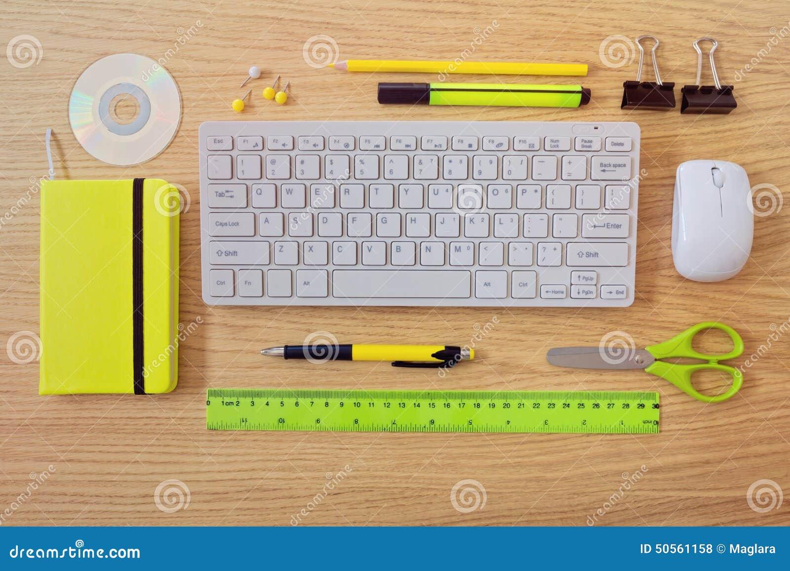 Plantilla Del Escritorio De Oficina Con Los Artículos Del Teclado Y ...
