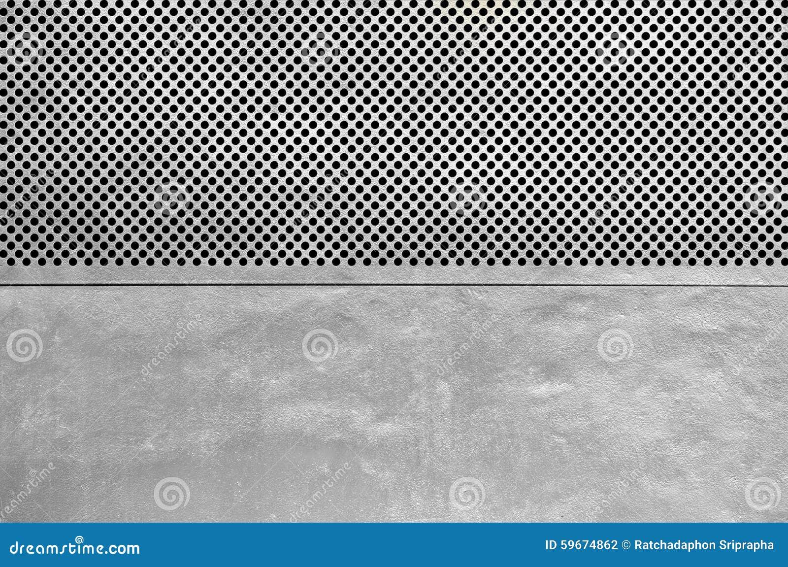 Plaque de métal argentée avec beaucoup de petits trous circulaires