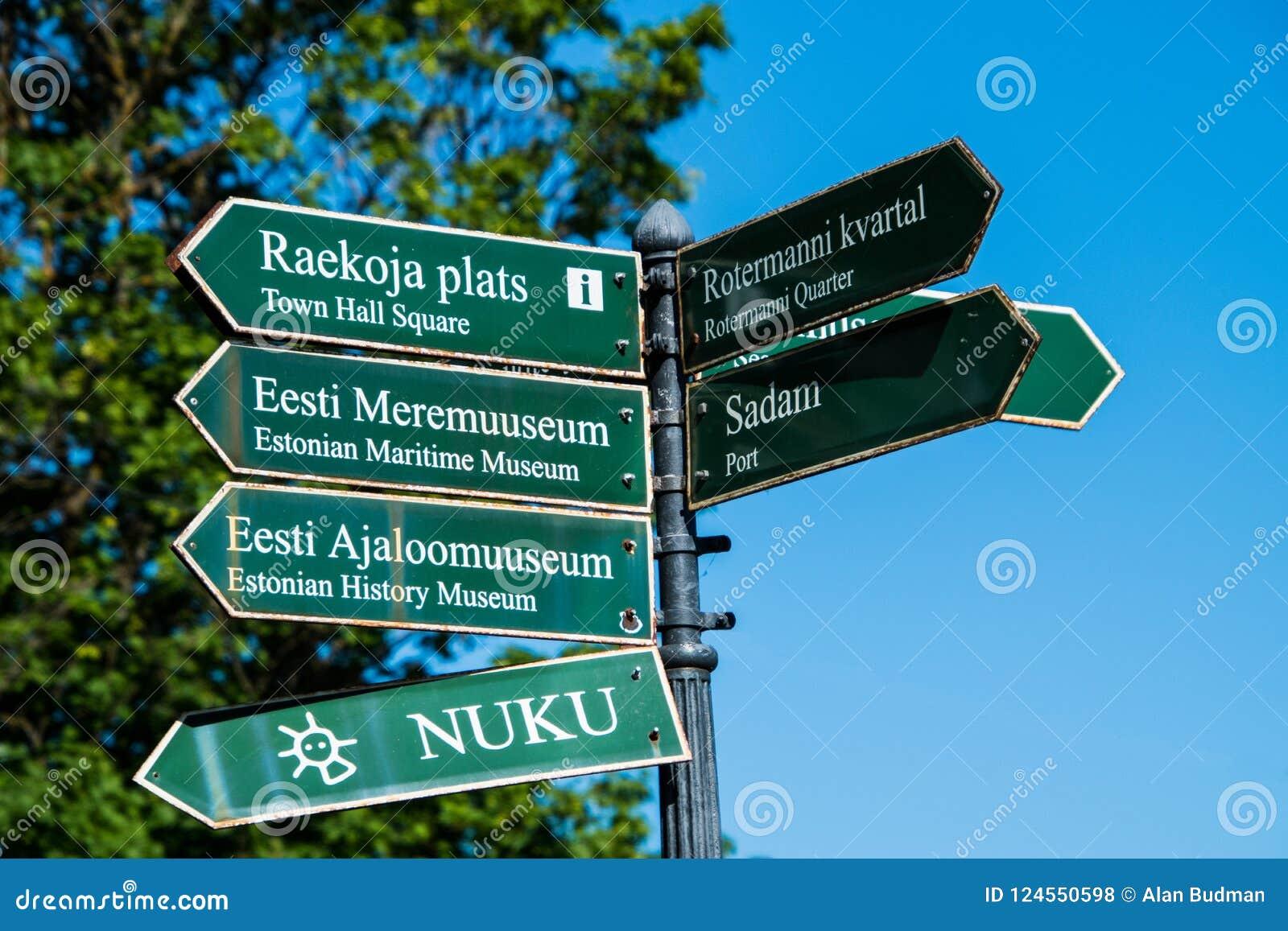 Plaques de rue directionnelles vertes écrites dans estonien avec des traductions en anglais