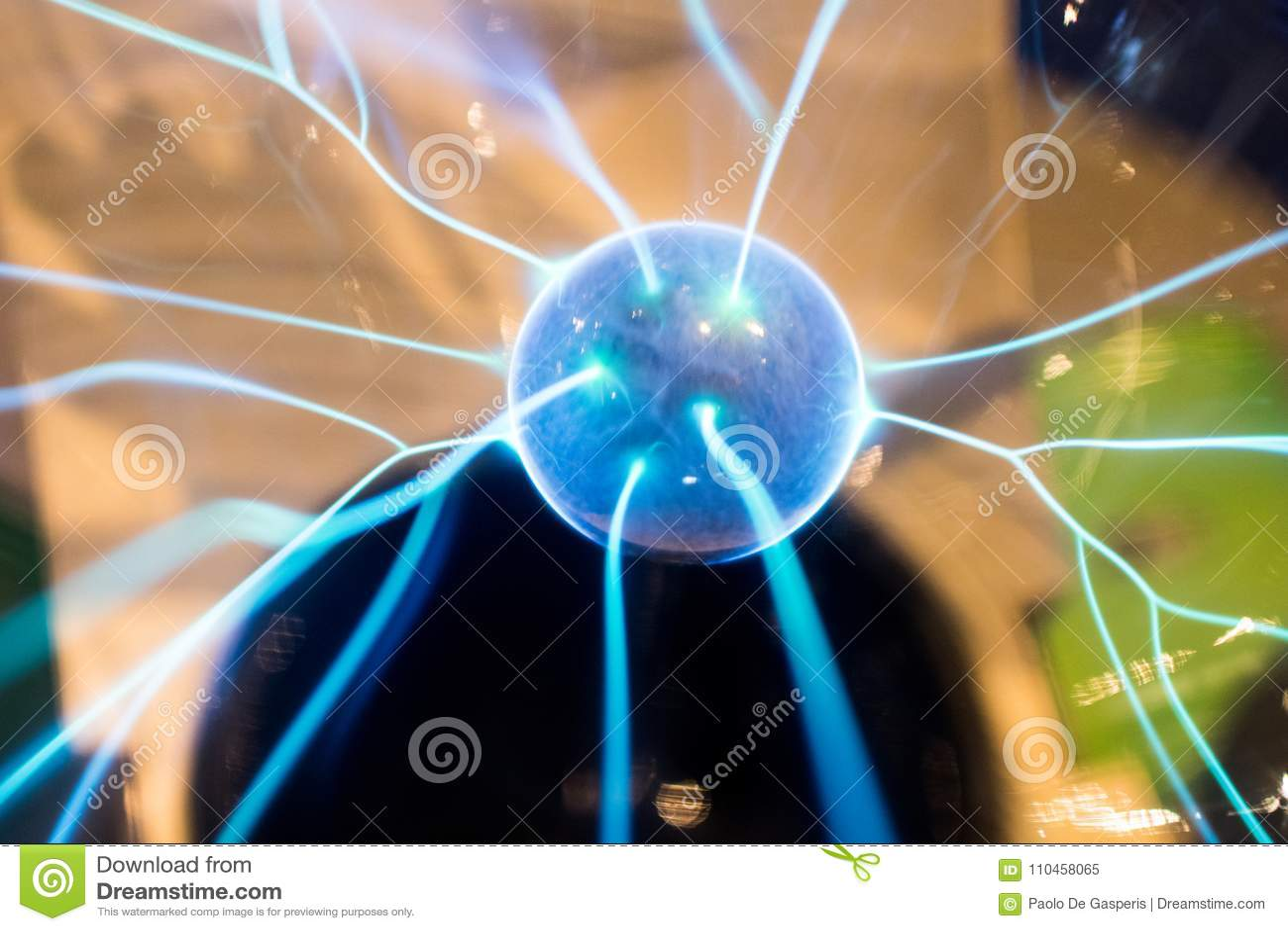 Plasma électrique de produit de sphère avec les étincelles et le boulon de bleu Scienc