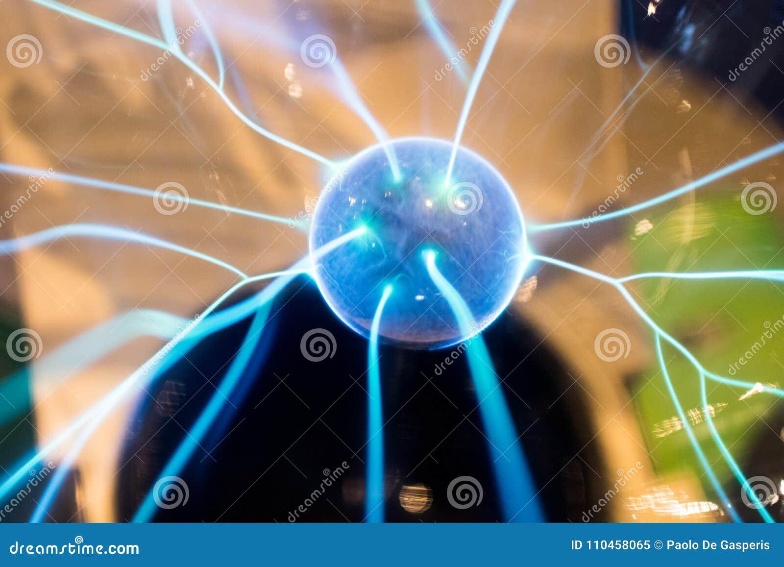 Plasma elettrico dei prodotti della sfera con le scintille ed il bullone del blu Scienc