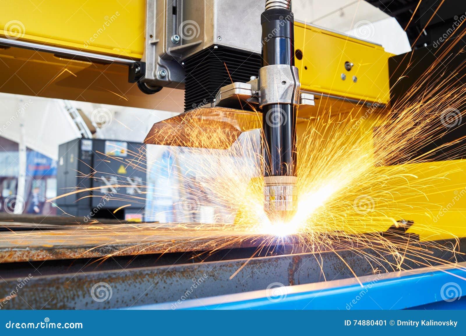 Plasma ou laser que cortam a metalurgia com faíscas