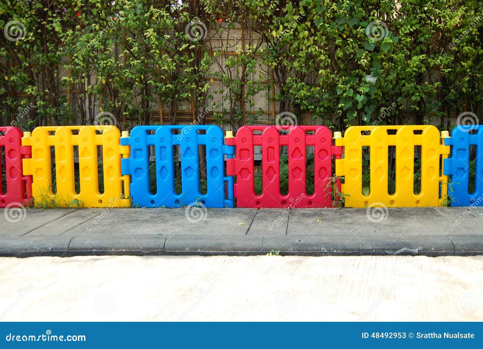 Vitt plast  staket arkivfoto   bild: 43307418