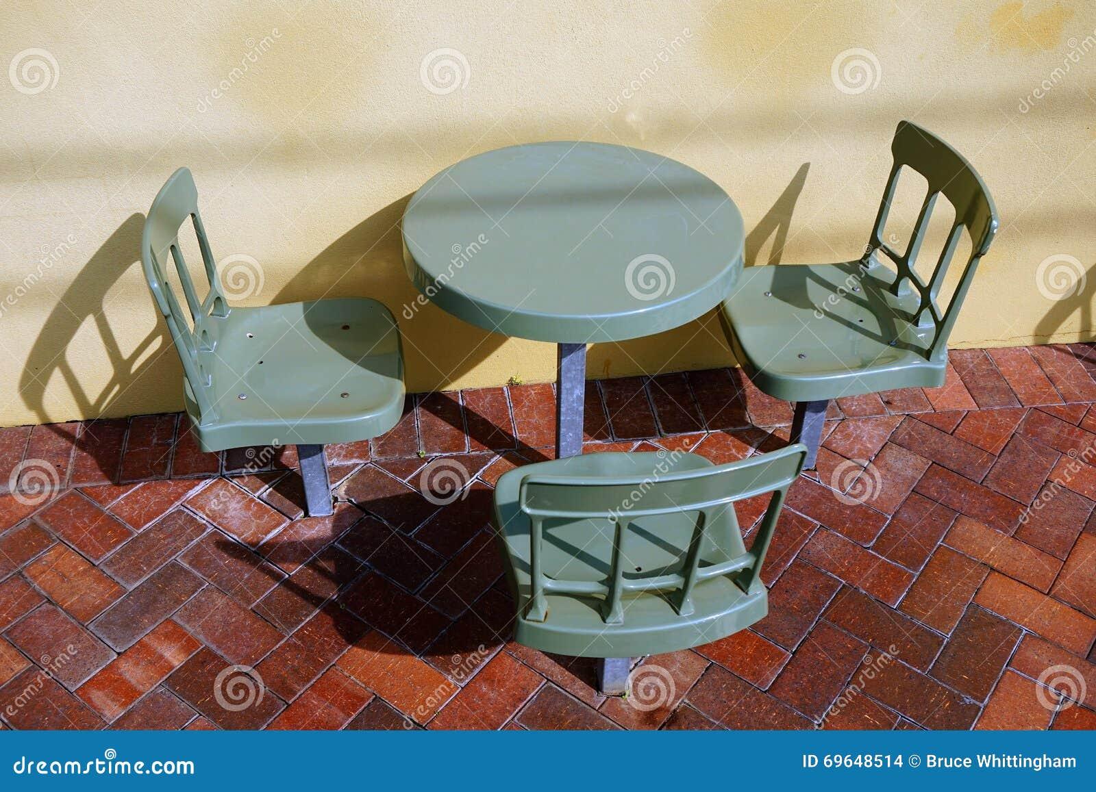 Plast- utomhus- kafétabell och stolar