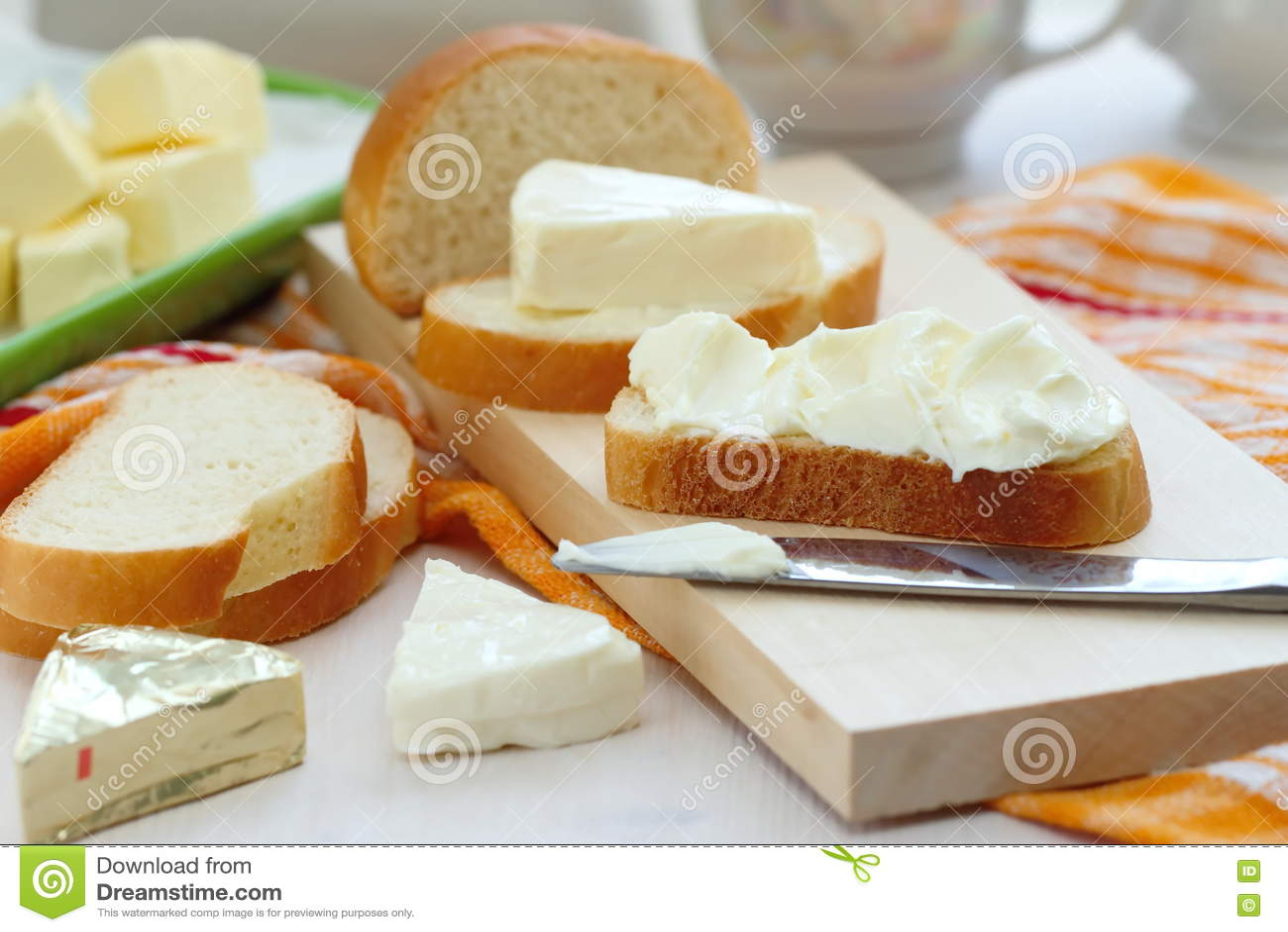 Plasterek chleb z kremowym serem i masłem dla śniadania