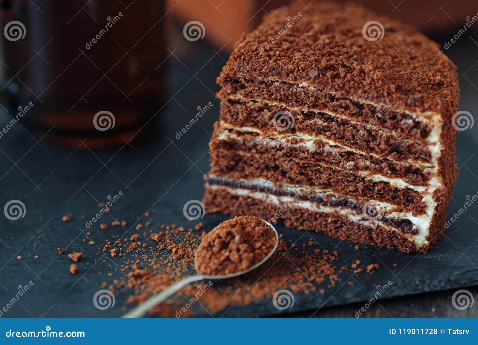 Plasterek płatowaty miodowy tort na czerń łupku desce Odgórny widok dwa kawałki Selekcyjna ostrość