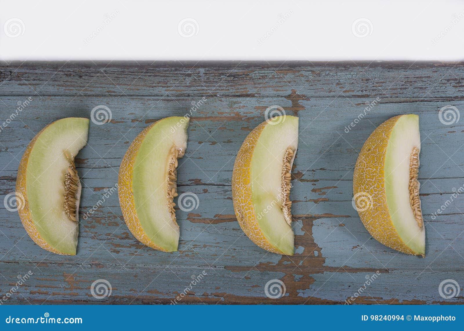 Plasterki świeży żółty melon lub kantalup na olg grungy wo