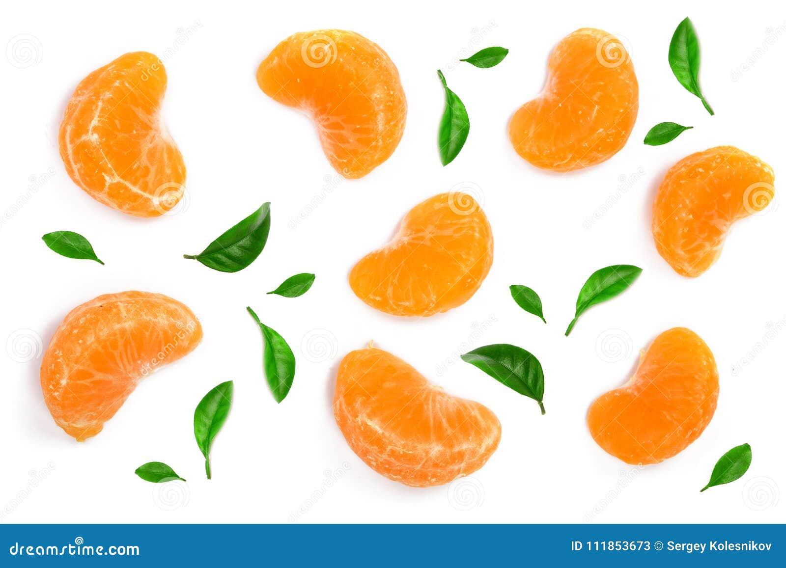 Plasterki mandarynka lub tangerine z liśćmi odizolowywającymi na białym tle Mieszkanie nieatutowy, odgórny widok Owocowy skład