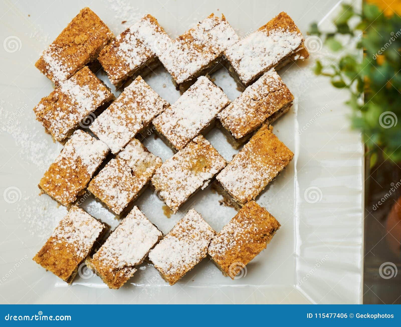 Plasterki płatowaty miodowy tort na bielu talerzu