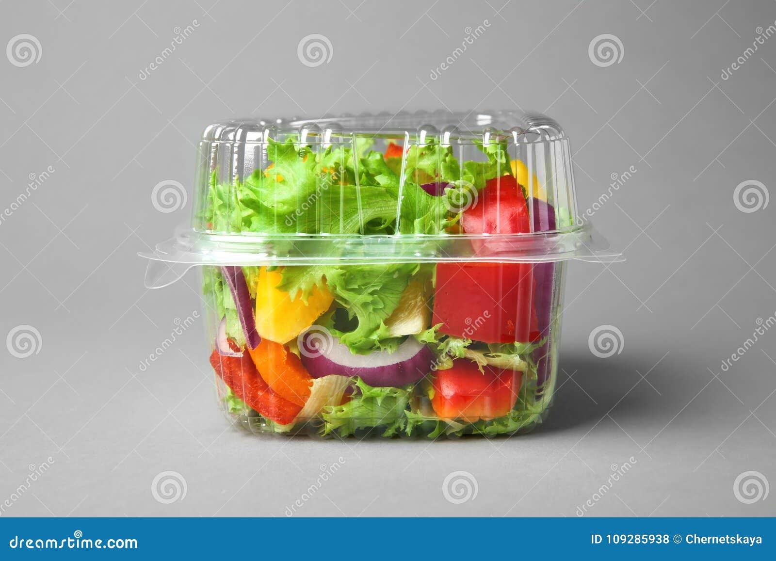 Plastic container met salade